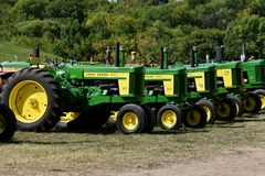Rad av John Deere 720 traktorer royaltyfri foto