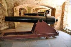 Rad av kanoner i ett fort royaltyfria bilder
