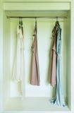 Rad av klänningen som hänger på laghängare Royaltyfri Foto