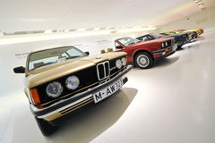 Rad av klassikern till moderna BMW 3 serie på skärm i BMW museet Royaltyfri Foto