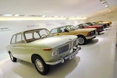 Rad av klassikern till moderna BMW 3 serie på skärm i BMW museet Royaltyfria Bilder