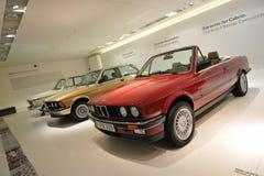 Rad av klassikern till moderna BMW 3 serie på skärm i BMW museet Arkivfoto