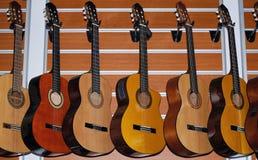 Rad av klassiska akustiska gitarrer Royaltyfria Bilder