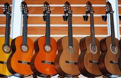 Rad av klassiska akustiska gitarrer Arkivfoton