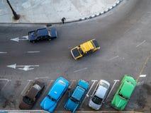 Rad av klassiska bilar från ovannämnt i havannacigarren, Kuba royaltyfri foto