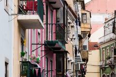 Rad av klassiska europeiska hyreshusar i gammal stadgata Royaltyfria Foton