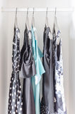 Rad av klänningen som hänger på laghängare i garderob Royaltyfria Foton