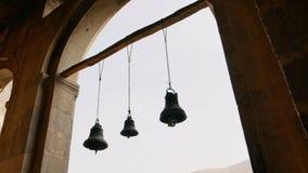 Rad av klockor i den forntida templet arkivfilmer