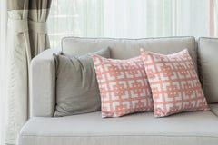Rad av kuddar på den moderna soffan i klassisk vardagsrumstil Fotografering för Bildbyråer