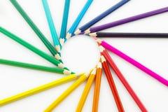 Rad av kulöra blyertspennor, på vit bakgrund Royaltyfri Fotografi