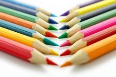 Rad av kulöra blyertspennor, på vit bakgrund Fotografering för Bildbyråer