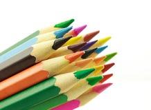 Rad av kulöra blyertspennor, på vit bakgrund Arkivbilder