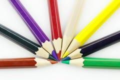 Rad av kulöra blyertspennor, på vit bakgrund Arkivbild