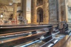 Rad av kyrkbänkar i den Santa Maria kyrkan Royaltyfria Foton