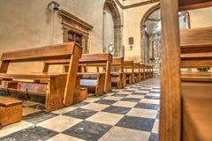 Rad av kyrkbänkar i den Santa Maria kyrkan i Alghero Royaltyfri Bild