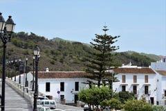 Rad av lampor och den charmiga sikten från huvudsakligt ställe i Frigiliana - spansk vit by Andalusia Royaltyfria Foton
