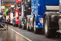 Rad av lastbilar i en produktionkorridor Royaltyfria Bilder