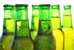 Rad av ölflaskor Arkivbild