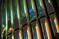 Rad av ljusa glänsande organrör Arkivfoton