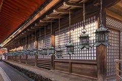Rad av lyktor i den Kasuga Taisha relikskrin av Nara, Japan arkivbilder