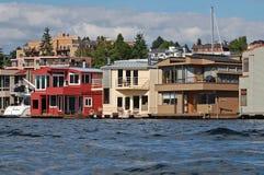 Rad av lyxiga två-berättelse husbåtar Arkivfoto