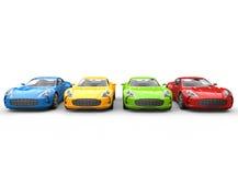 Rad av mångfärgade bilar på vit bakgrund Arkivfoton