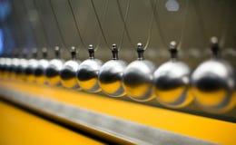Rad av metalliska bollar för tröghetsexperiment Fotografering för Bildbyråer