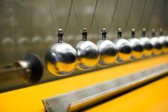Rad av metalliska bollar för tröghetsexperiment Arkivbilder