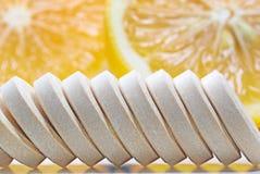 Rad av minnestavlor för vitamin c och den nya citronen arkivbild