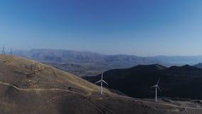 Rad av moderna vindturbiner som fullständigt frambringar, och förnybara energikällor stock video
