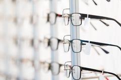 Rad av monokeln på ett optikerlager Royaltyfri Fotografi