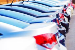 Rad av nya bilar i materiel Royaltyfri Foto