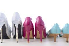 Rad av olika par av skor Arkivbild