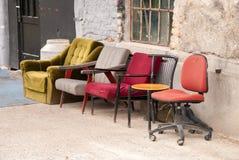 Rad av olika stolar bredvid de Royaltyfria Foton