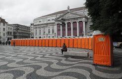 Rad av orange loos/toaletter i en fyrkant i Lissabon Arkivbilder