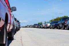Rad av parkerade bilar i parkeringsplats Arkivfoto