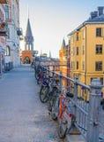 Rad av parkerade cyklar, cyklar nära räcket, Stockholm, Sverige royaltyfria foton