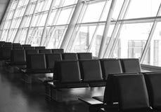 Rad av platser i en flygplatsterminal Royaltyfri Bild