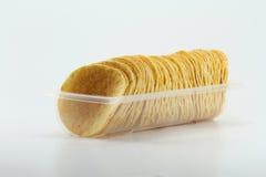 Rad av potatisen Chips In Clear Tray Arkivbild