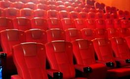 Rad av röda bioplatser Royaltyfria Foton