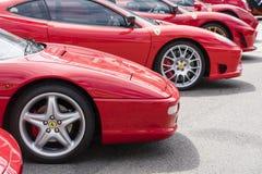 Rad av röda Ferrari på offentlig skärm i en bilshow Royaltyfri Fotografi