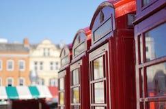 Rad av röda telefonaskar, Cambridge, England Royaltyfria Foton