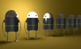 Rad av robotar, en med att glöda head, perspektiv Arkivbild