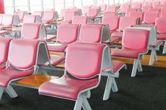 Rad av rosa läderstol på flygplatsen Fotografering för Bildbyråer