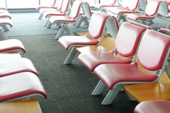 Rad av rosa läderstol på flygplatsen Royaltyfri Bild