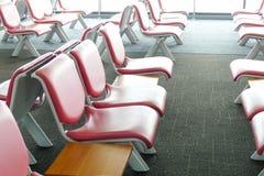 Rad av rosa läderstol på flygplatsen Royaltyfri Foto