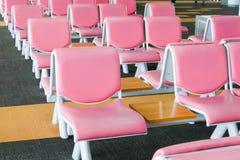 Rad av rosa läderstol på flygplatsen Royaltyfri Fotografi