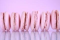 Rad av rosa macaronkakor Royaltyfri Bild