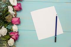Rad av rosor på träbakgrund med utrymme för meddelande Bakgrund för dag för moder` s tomt pappers- ark på den lantliga tabellen f royaltyfri bild