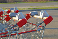 Rad av shoppingspårvagnar eller vagnar i supermarket Royaltyfri Bild